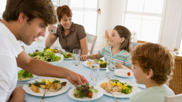 compartir la mesa con los niños